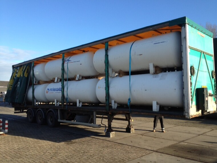 Foto van 5000 L (2,5 ton) Gas tanks on flatbed trailer -Gas, Gaz, LPG, GPL, Propane, Butane tanks aboveground