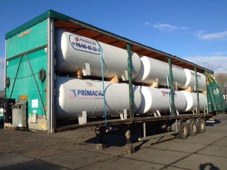 Foto van 5000 L (2,5 ton) Gas tanks on flatbed trailer -Gas, Gaz, LPG, GPL, Propane, Butane tanks aboveground